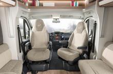 T: Komfortable Pilotensitze mit Höhe-Neigeverstellung (Option) und integrierter Kopfstütze